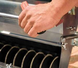Das Vlies wird mit einem Cutter abgeschnitten.