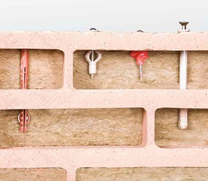 Der 1,5 cm dicke Außensteg und die ebenso dicken Innenstege sorgen für hohe Auszugswerte der Dübel im Ziegel.