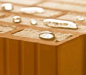 Die hydrophobe (wasserabweisende) Einstellung der Steinwolle macht das Mauerwerk gegen Feuchtigkeit unempfindlich.