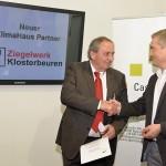 Besiegelten die Partnerschaft: Max Demler, Vertriebsleiter des Ziegelwerks Klosterbeuren (links), und Dr.-Ing. Ulrich Santa von der Klimahaus-Agentur.  Foto: Klimahaus-Agentur