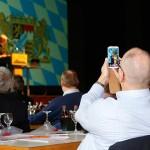 """Sorgte für Heiterkeit pur: Der Allgäuer Kabarettist Wolfgang Krebs mit seinem neuen Bühnenprogramm und der Spezialausführung """"Bauen in Bayern.""""  Foto: Ingo Jensen/Jensen media"""