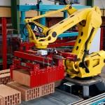 Roboter in der Fertigung der neuen Produktionshalle im Ziegelwerk Klosterbeuren. Foto: Ziegelwerk Klosterbeuren