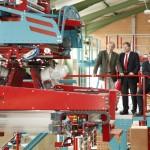 Geschäftsführer Thomas Thater (Mitte) erklärt Landrat Hans-Joachim Weirather (links) die neue Verpackungsanlage. Foto: Ziegelwerk Klosterbeuren