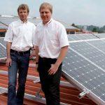 Norbert Welp und der neue Energiemanager des Ziegelwerks, Marcus Gleich (rechts), vor einer der fünf Photovoltaikanlagen im Ziegelwerk.