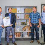 Andreas Müller (links) überreicht Thomas Thater die Urkunde für das innovative Abwärme-Energiekonzept im Beisein von Michael Offner und Michael Hörl (rechts). Foto: Ziegelwerk Klosterbeuren