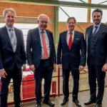 Waren bei der Besichtigung des Werkes in Klosterbeuren tief beeindruckt (v.l.n.r): Yves Knoll (Bayerischer Ziegelindustrieverband), MdL Thomas Kreuzer (Fraktionsvorsitzender der CSU), Thomas Thater und Matthias Hörl (kfm. Geschäftsführer Ziegelwerk Klosterbeuren)