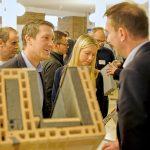Groß war das Interesse beim Mauerwerkstag Memmingen an den ausgestellten Lösungen für den Mauerwerksbau, wie hier zum Beispiel bei Rollladenkästen. Foto: Ingo Jensen/Ziegelwerk Klosterbeuren