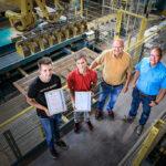 Foto v.l.n.r.: Kevin Biechele, Justin Conradi, Rudolf Mensinger (Betriebsleiter und Ausbilder), Michael Offner (Technischer Leiter)